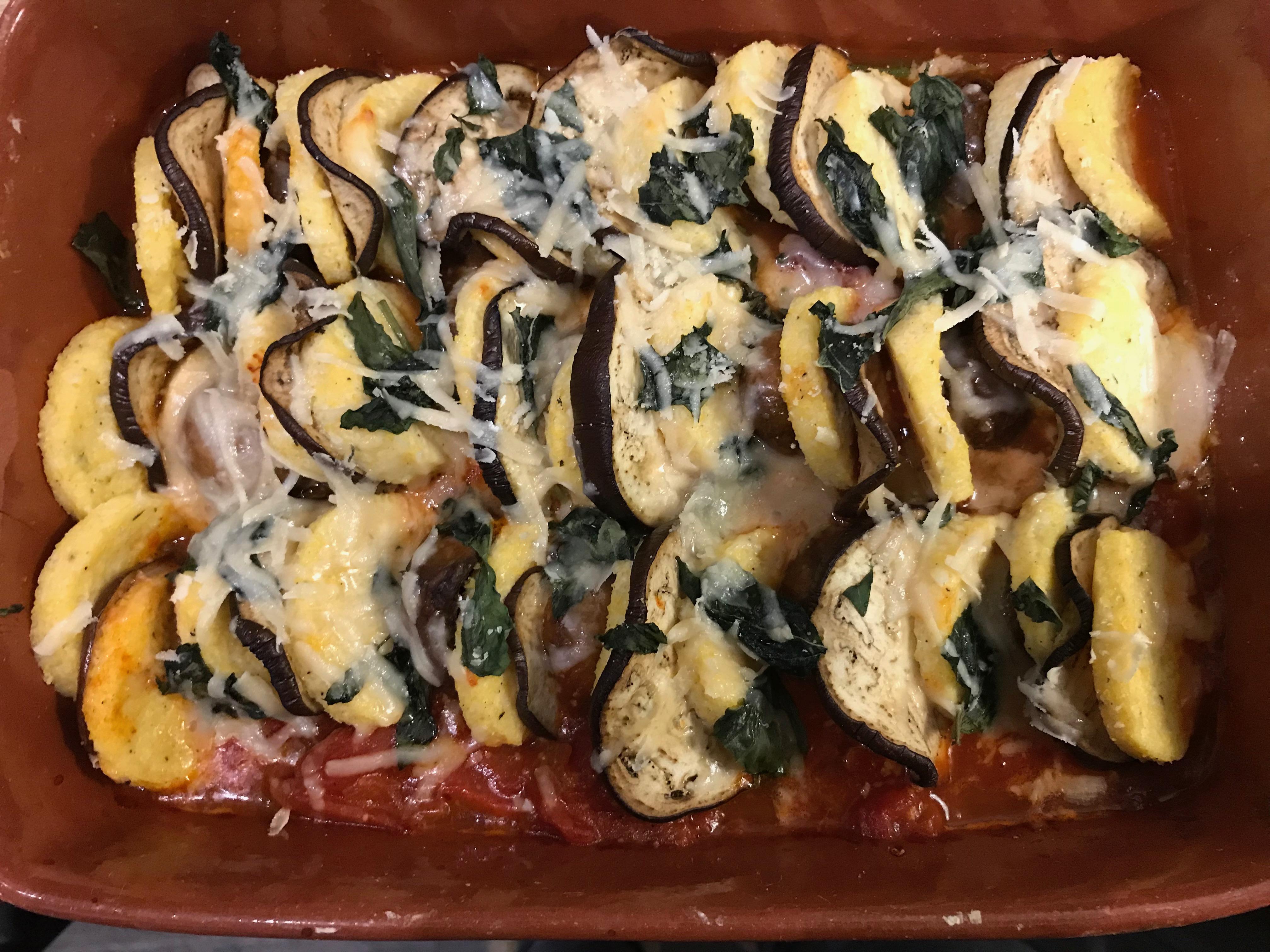 Parmezaan polenta koekjes met aubergine, bospaddestoelen en tomaat.