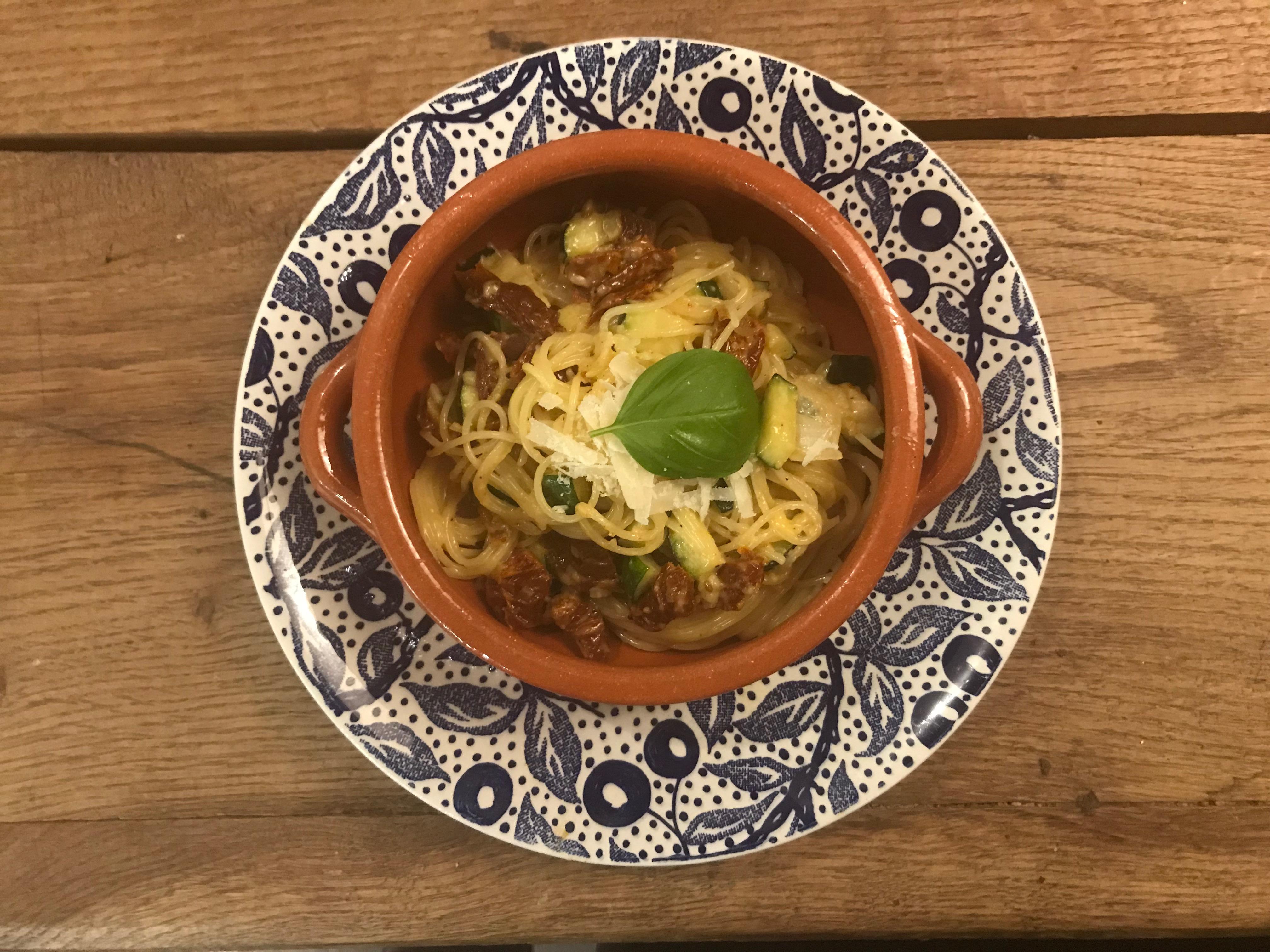 Vegetarische pasta, beetje carbonara met zongedroogde tomaten, parmezaan en ei