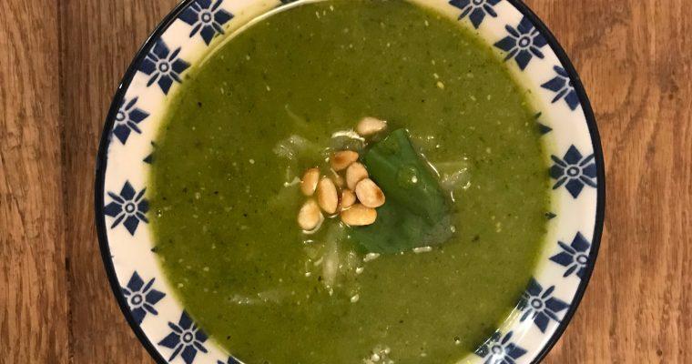 De groene pesto basilicum