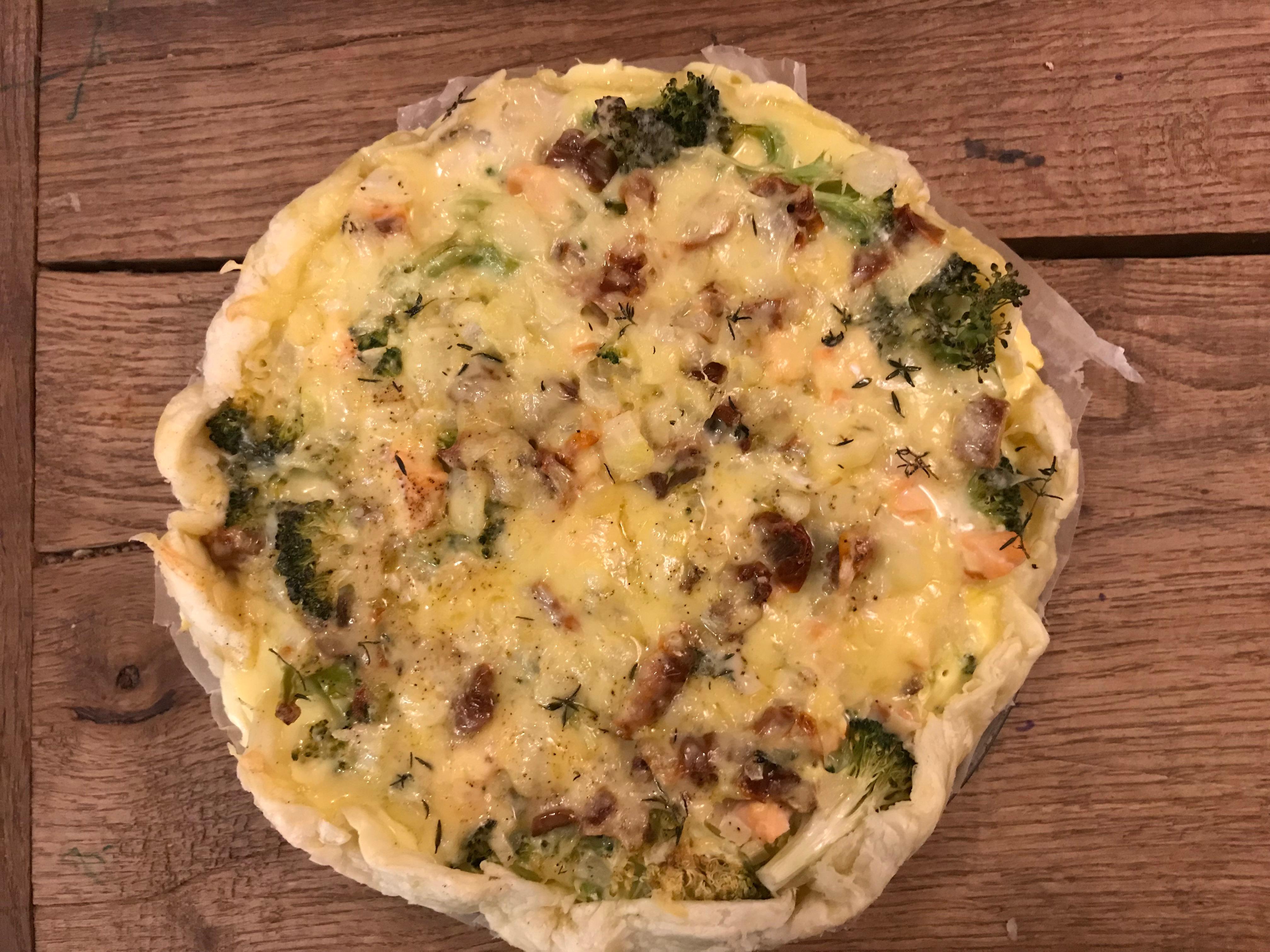 Hartige taart met broccoli en gerookte zalm