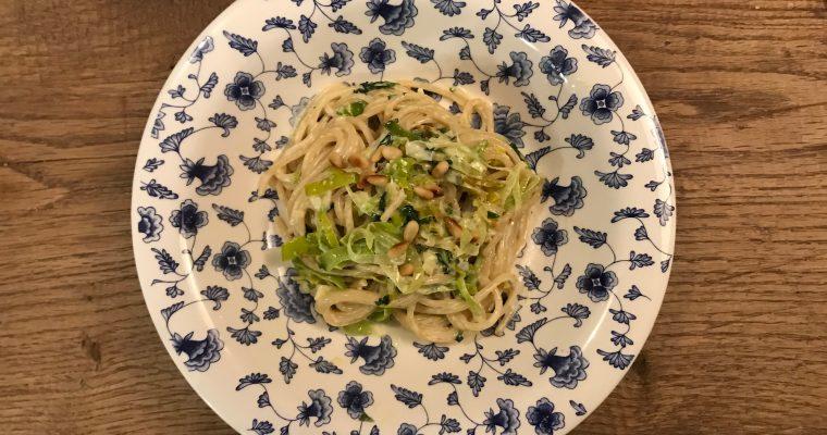 Vegetarische pasta met gorgonzola prei knoflook peterselie en rode peper