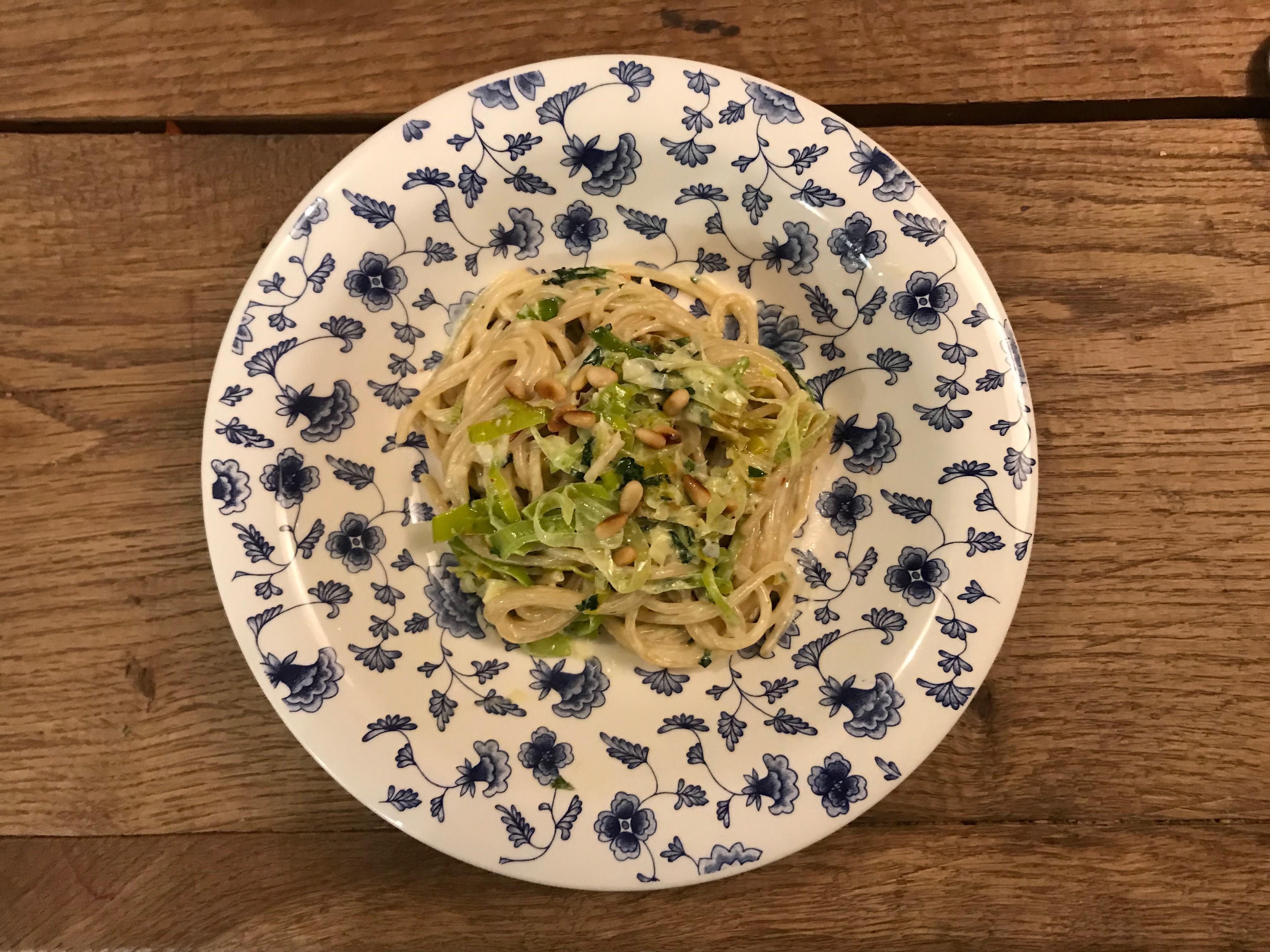 Vegetarische pasta met gorgonzola, prei, knoflook, peterselie en rode peper.