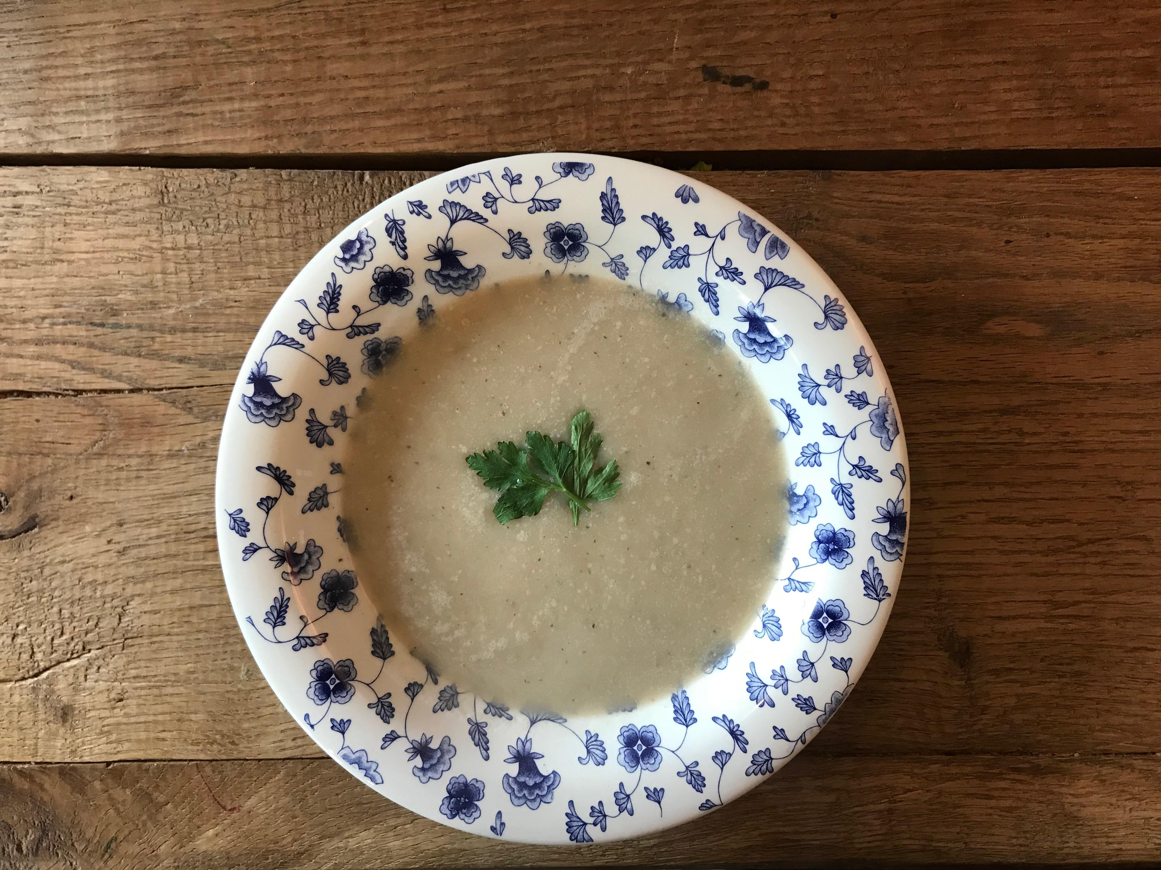 Knolselderij soep met scheutje witte wijn en citroen zest