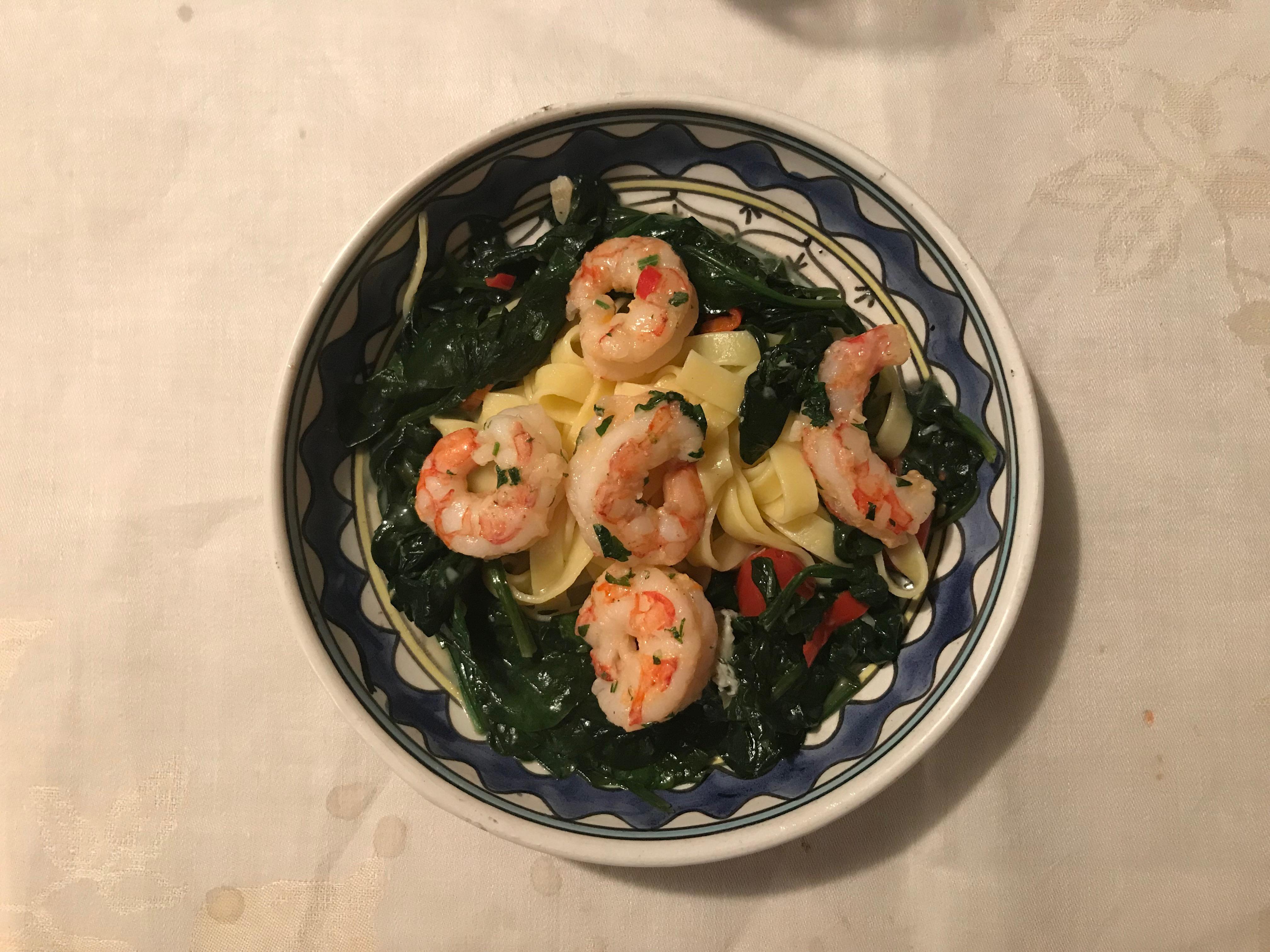 Gamba's, spinazie, witte wijn, gorgonzola pasta met rode peper.