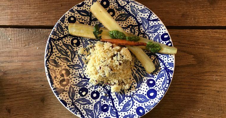 Couscous met venkel, rode ui, peterselie, rode peper , feta en dadels