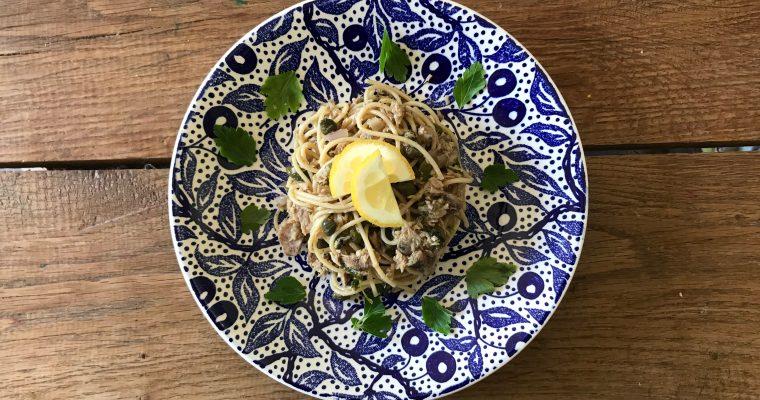 De ultieme versier tonijn pasta met ansjovis, rode peper en kappertjes