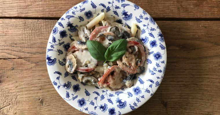 Vegetarische pasta gorgonzola met tomaat