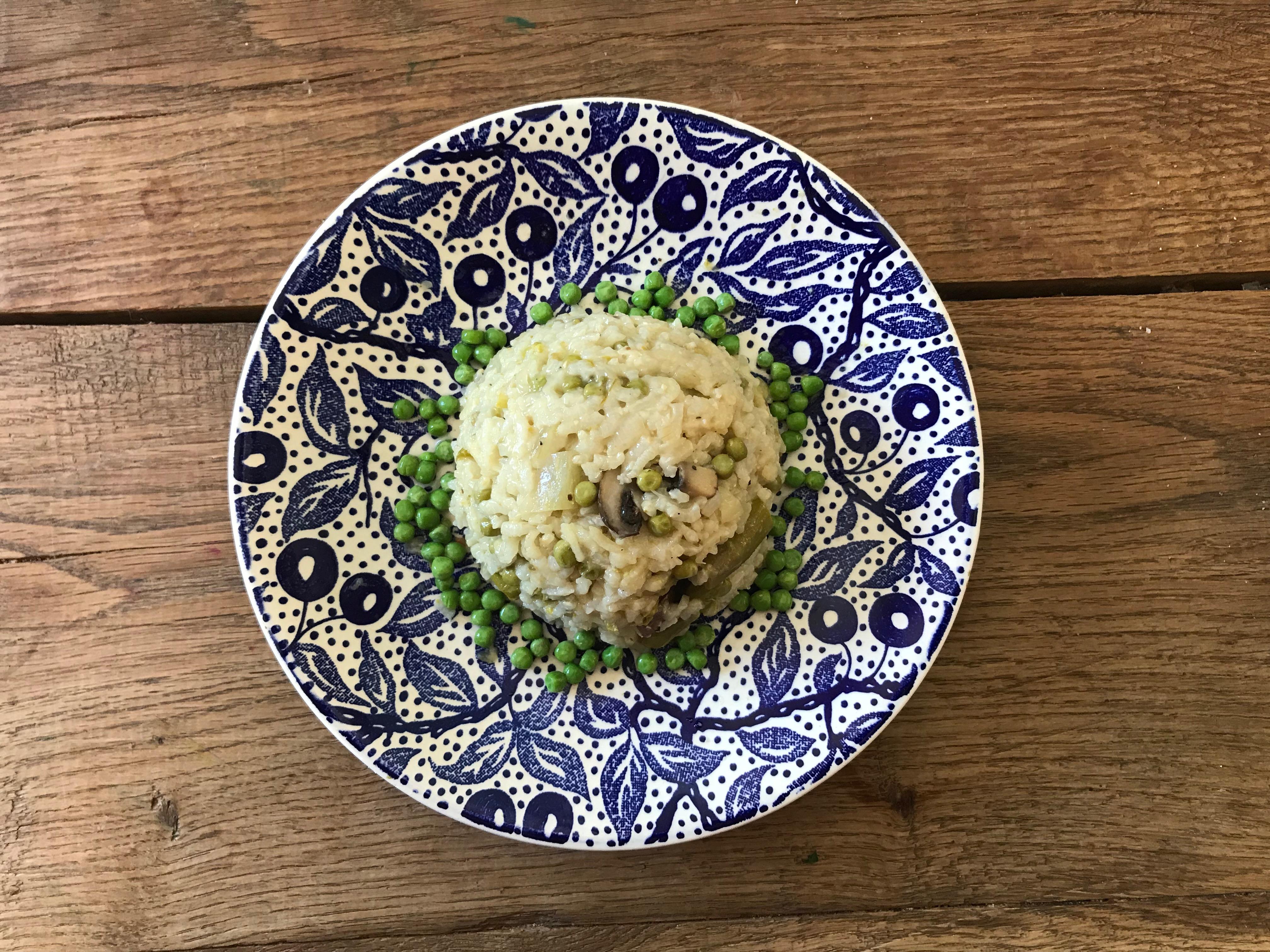 Vegetarische risotto met groene asperges, venkel en erwtjes