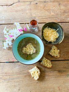 Franse uiensoep comfort food in een kommetje