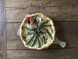 Plaattaart met groene asperges en roodlof