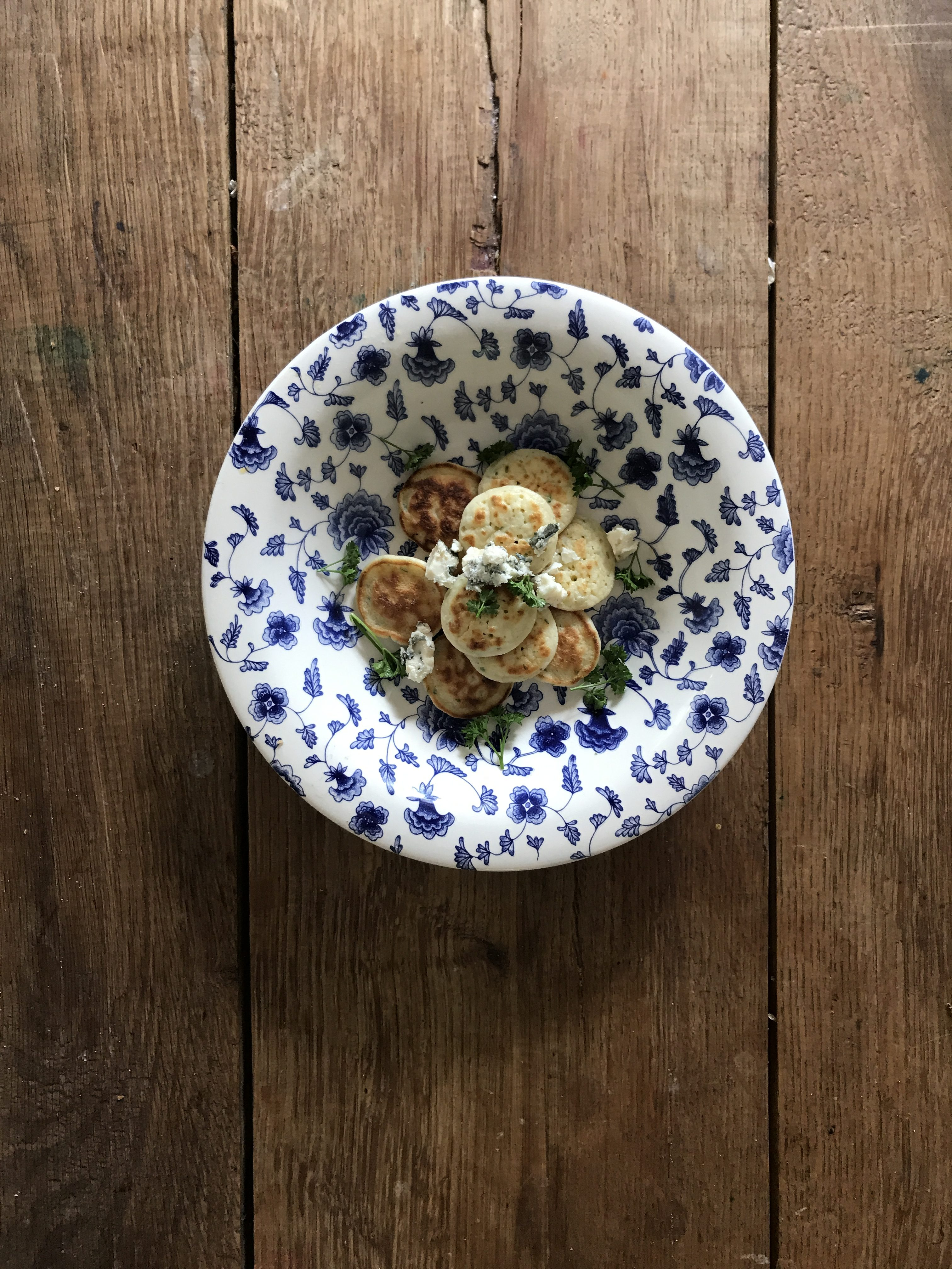 poffertjes met roquefort en platte peterselie