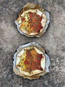 Plaattaart tomaat en basilicum