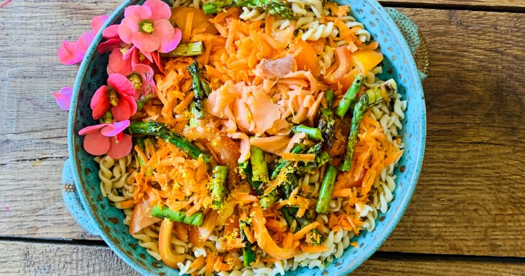 Pasta salade met groene asperges en zalm