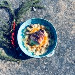 Eendenborst met verse vijgen op een bedje van zuurkool